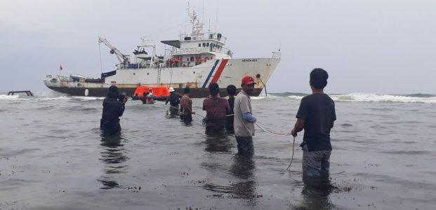 Diterjang Ombak 5 Meter, KMManakarra Terdampar Diperairan Barru