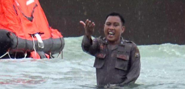 Aksi Heroik Kepolisian Barru, Selamatkan Penumpang Kapal Kandas