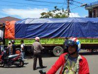 Hindari Mobil Ekpedisi, Truk 8 Roda Seruduk Rumah Bengkel