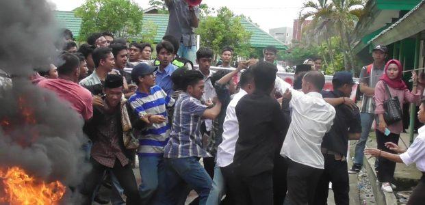Unjuk Rasa Mahasiswa IAIN Palopo Berakhir Ricuh