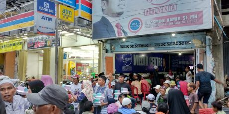 Tasming Hamid Berbagi Takjil Dengan Ratusan Tukang Becak
